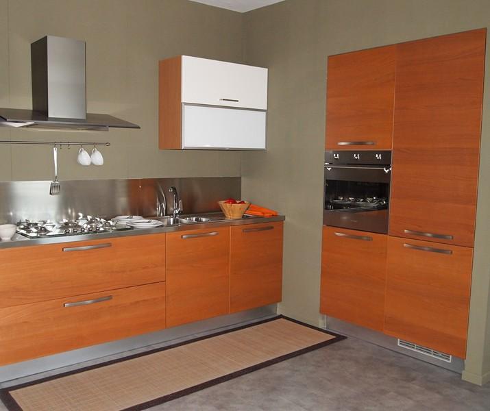 Cucina Con Elettrodomestici Bianchi: Cucina con armadi acero ed ...